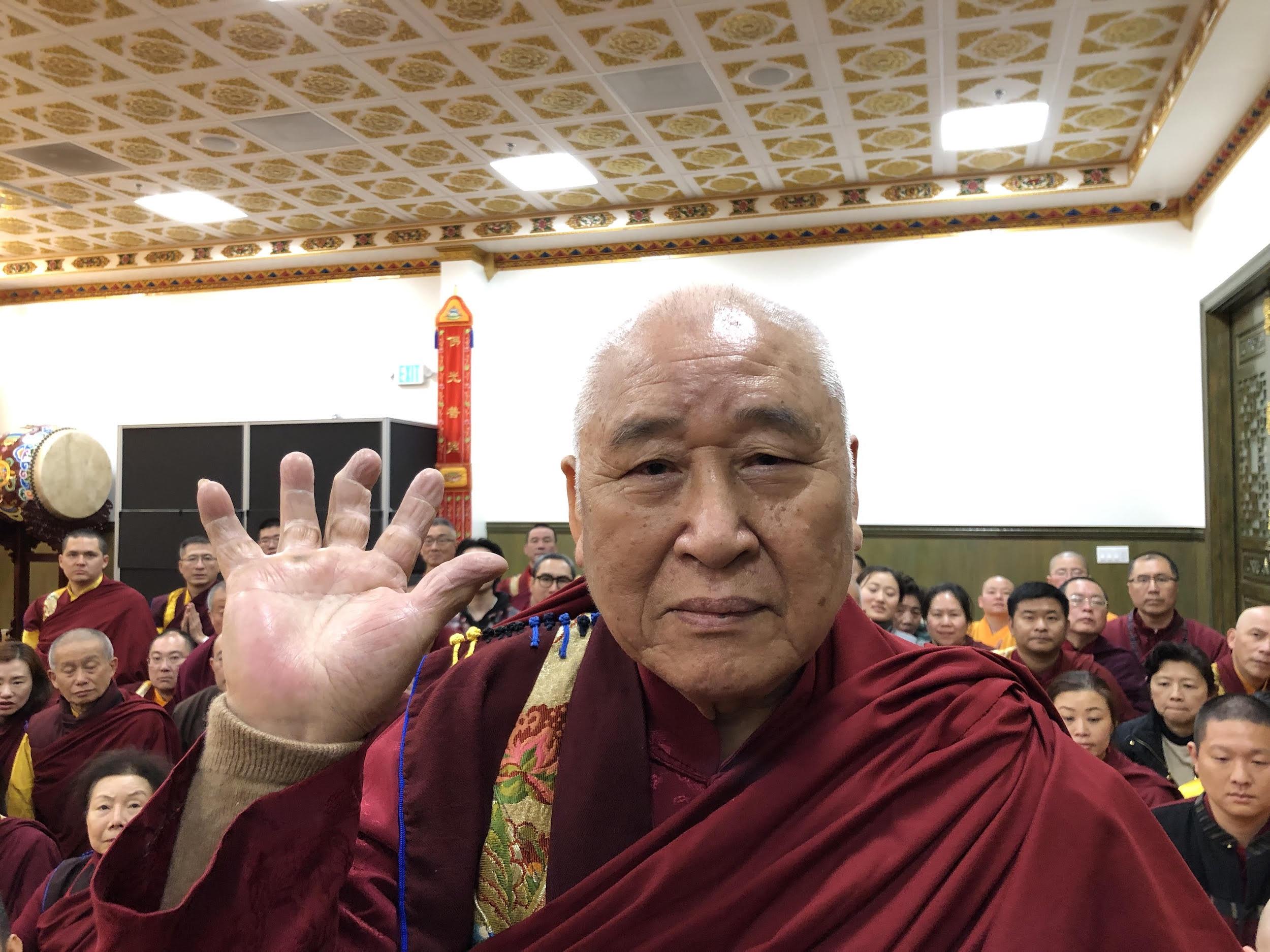年近90歲的聖僧開初教尊用他三根手指頭已骨節折斷變形的右手,單手拿起了200磅金剛杵上基座,展顯了其上超十六段的聖力,遠超亞洲第一大力士,驚駭世人。 (攝影:楊慧君)
